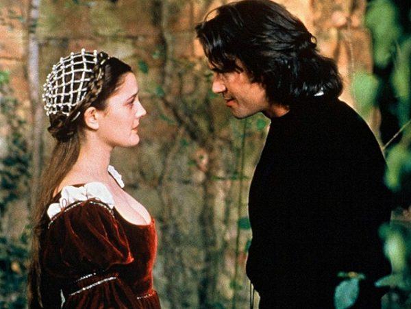 Drew Barrymore y Dougray Scott caracterizados como sus personajes en Por siempre jamás (1998)